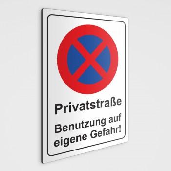 Verbotsschild - Privatstraße Benutzung auf eigene Gefahr!
